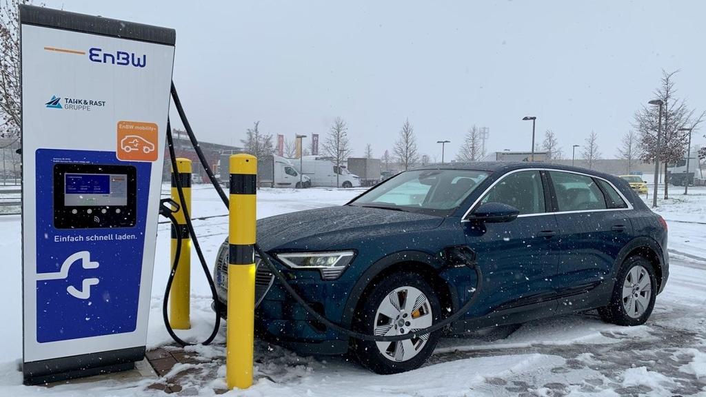 Audi e-tron laden – Zwischen Schnee, Croissants und FaceTime